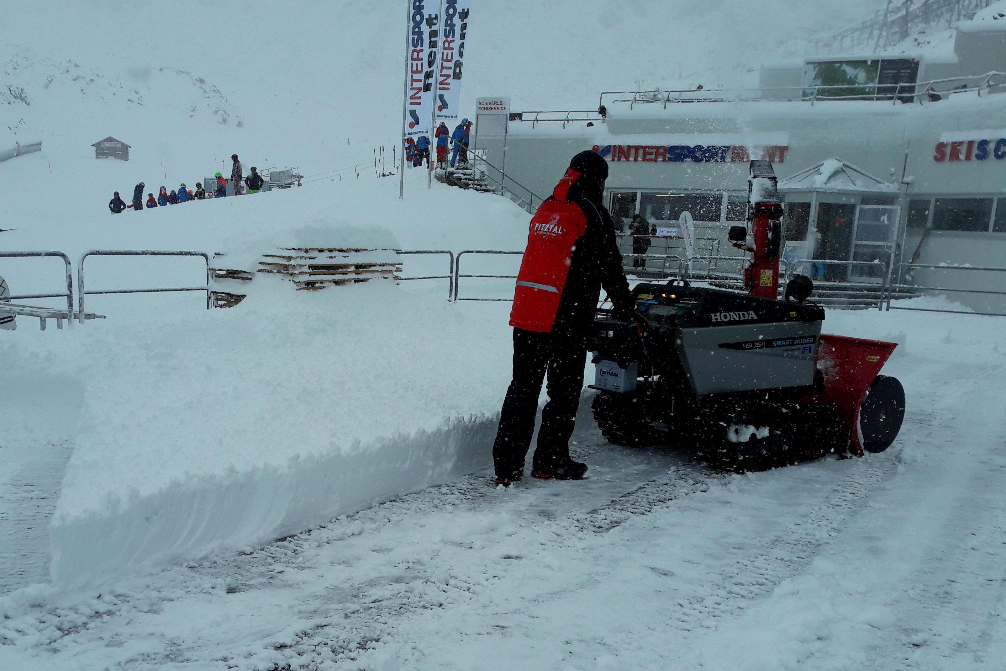 Schneefräse bei 40cm Neuschnee im Einsatz