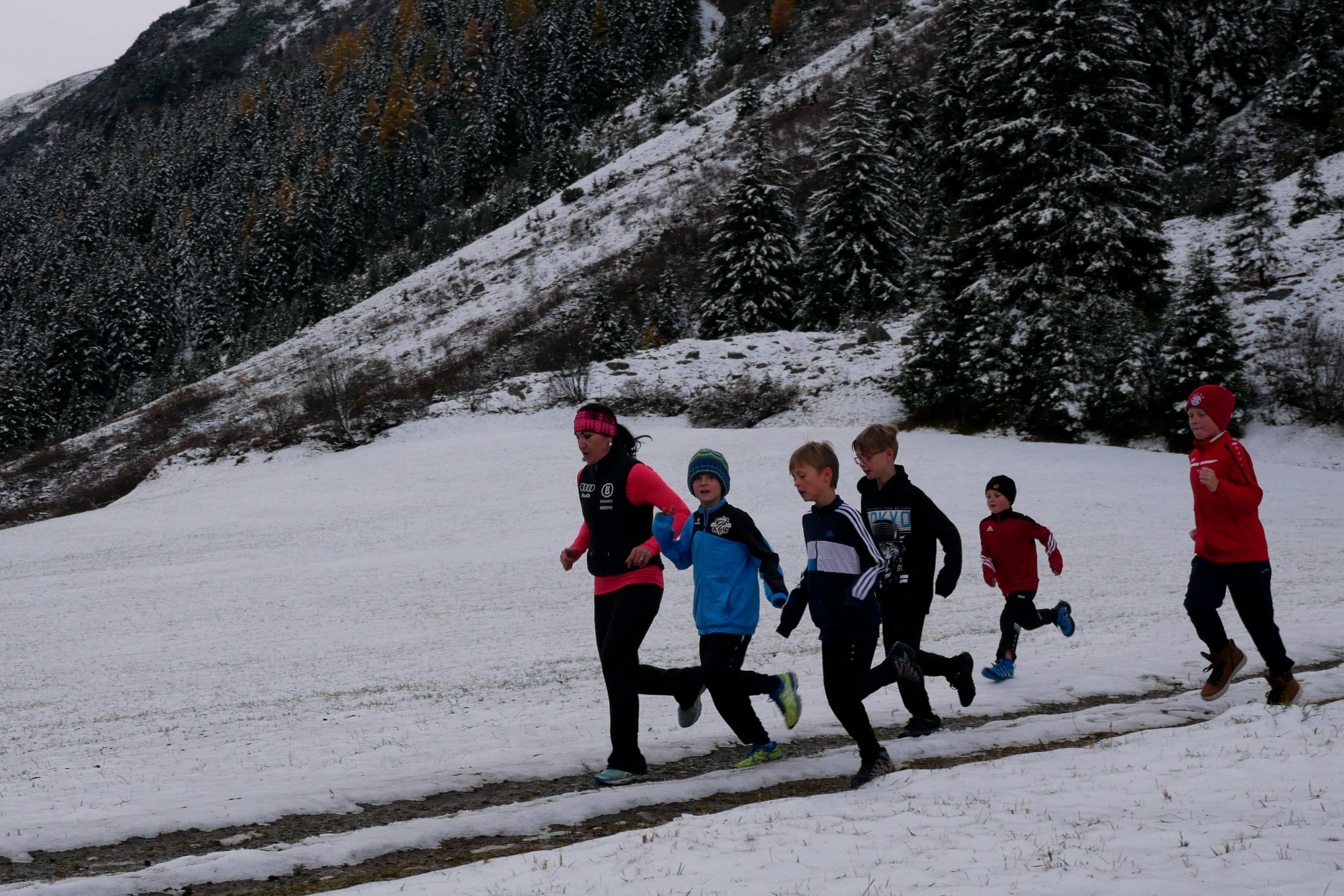 Sportler joggen auf verschneitem Feldweg