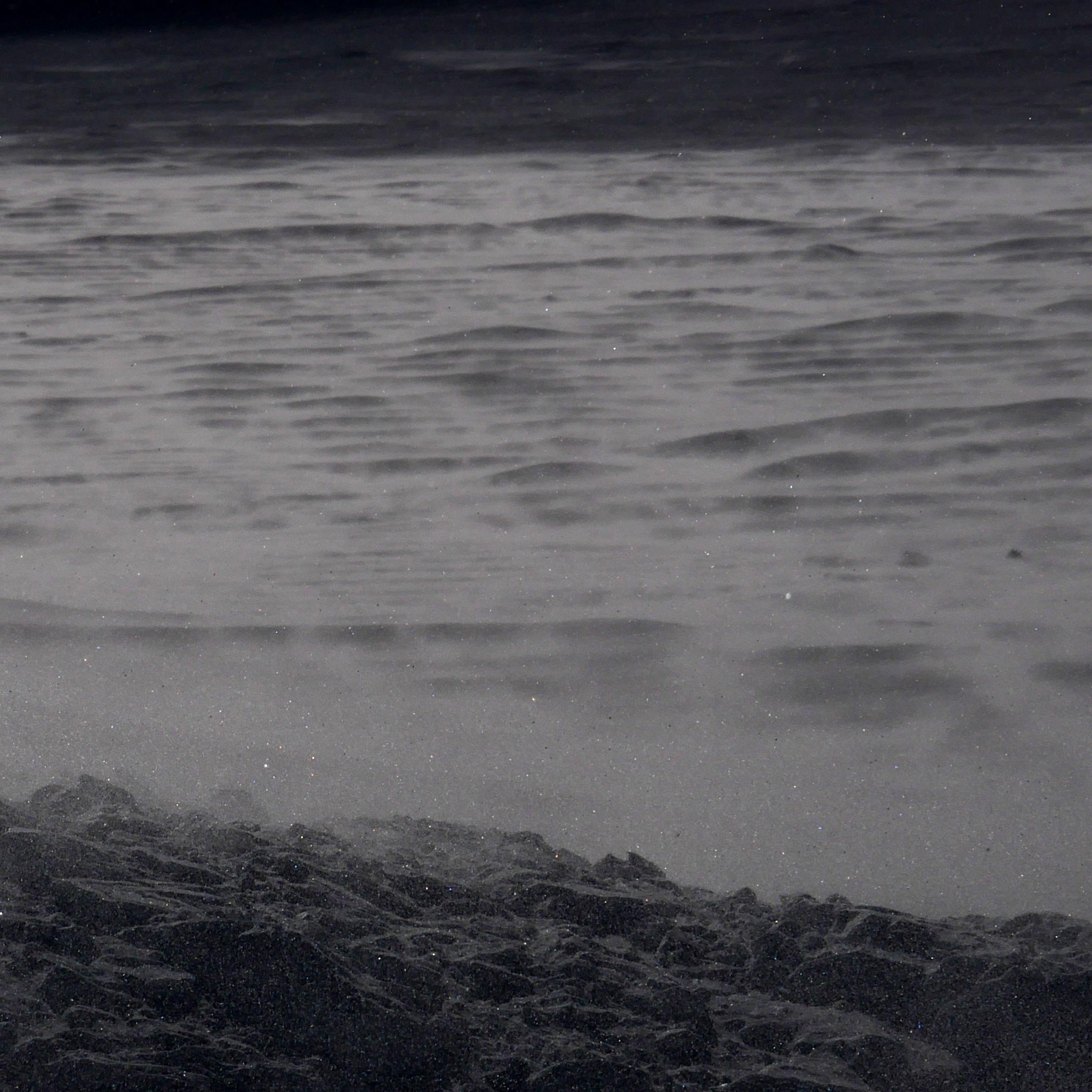 ruppige Schneelandschaft mit fliegenden Schneekörnern
