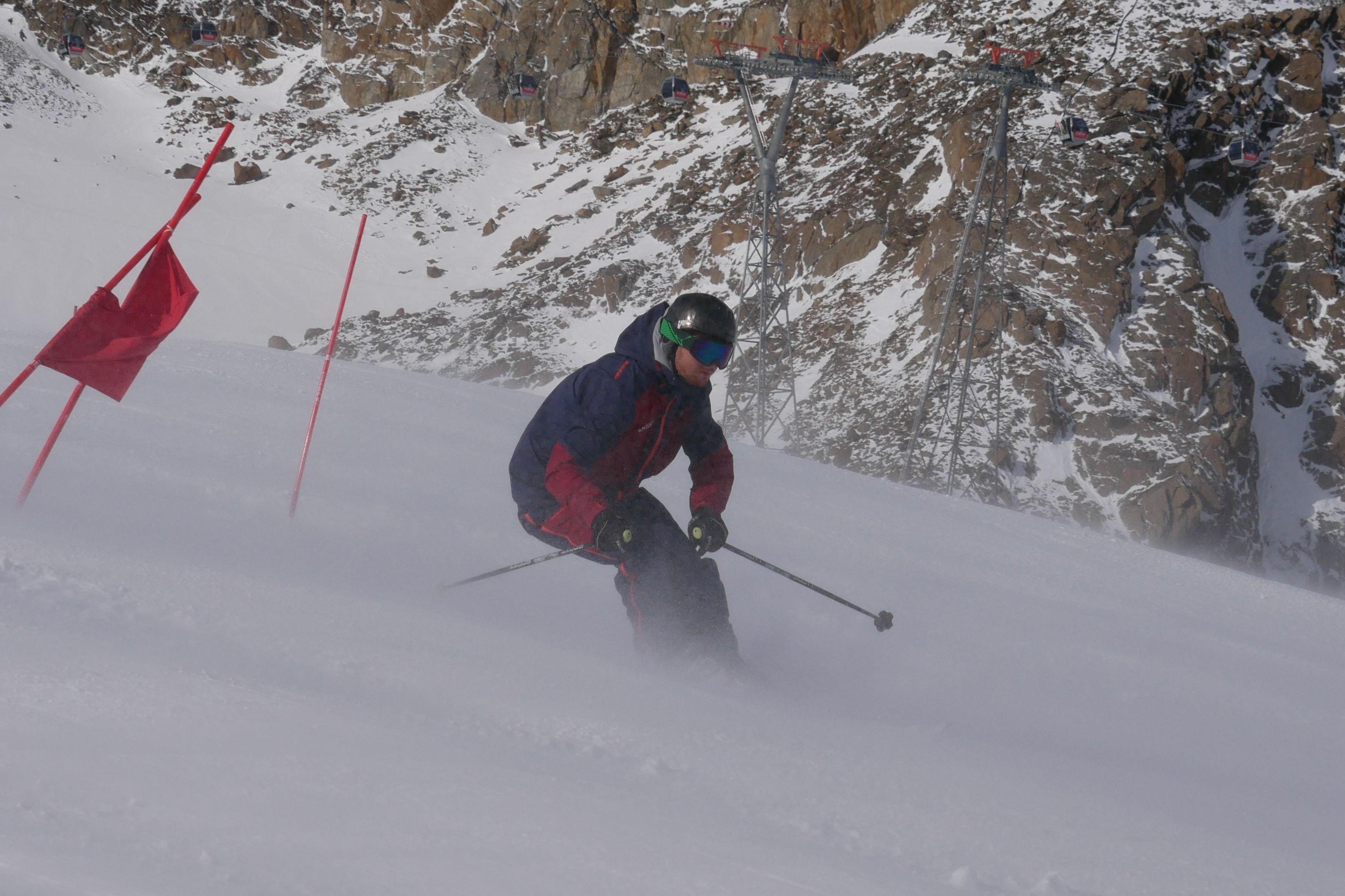 Skifahrer beim Riesenslalo